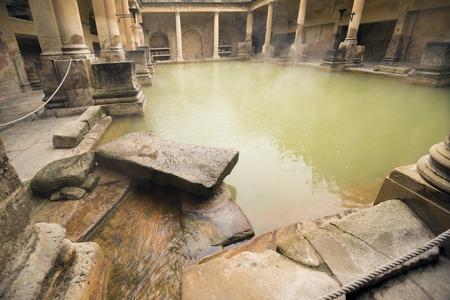 romana: Stone y columnas de todo el agua de vapor en el baño romano en el baño Inglaterra