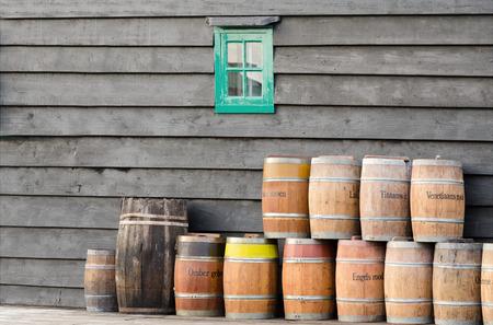 fabrica: toneles de pigmento apilados junto a la pared de un molino holandes. Con el pigmento se fabrica pintura al óleo.