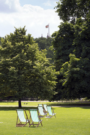 st jamess: Deck chairs in St. Jamess  Park, London Stock Photo