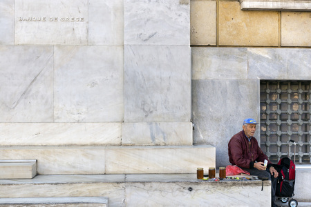 central bank: ATHENS, GREECE - OCTOBER 27, 2015: A street vendor in the entrance stairs of the Central Bank of Greece Editorial