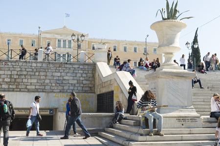 syntagma: ATENE, GRECIA - 27 OTTOBRE 2015: Un giovane gioca la chitarra tra pedoni Piazza Syntagma Editoriali