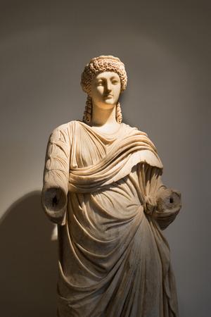 toga: Olimpia, Grecia - 29 de octubre, 2015: Estatua de una mujer que lleva una toga en el Museo Arqueol�gico de Olimpia. Cabeza de le�n de bronce Editorial