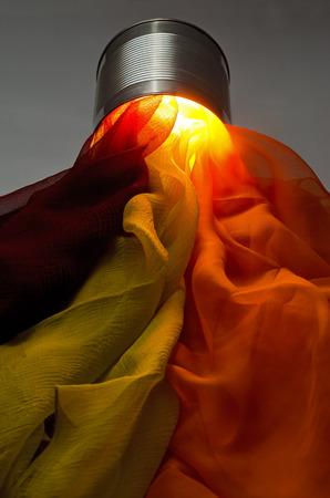 foulards: Sciarpe di molti colori in un barattolo di latta