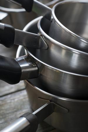 utencilios de cocina: Primer plano de ollas de acero apilada