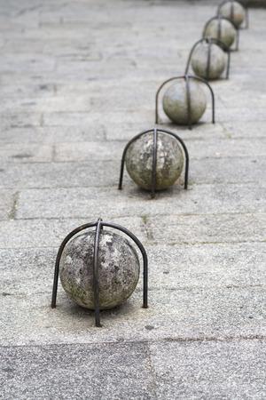 rejas de hierro: bola de piedra sujeta con barras de hierro Foto de archivo