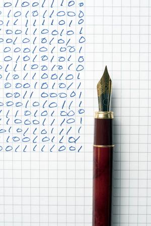 codigo binario: c�digo binario escrito con una pluma estilogr�fica