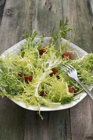 escarola: Ensalada de endivias, aliñada con aceite de oliva y guarnición de tomates cherry