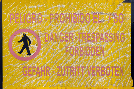 interdiction: warning board of danger and prohibition in Spanish, English and German