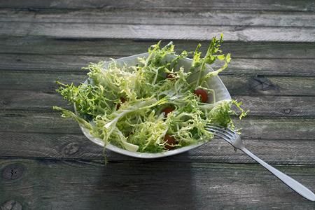 escarola: Ensalada de endivias, ali�ada con aceite de oliva y guarnici�n de tomates cherry