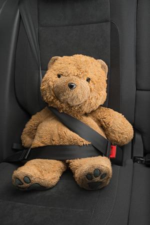 cinturon seguridad: hebilla del oso de peluche con el cintur�n de seguridad Foto de archivo