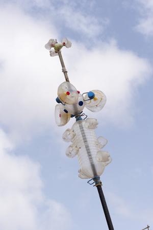 botellas pet: Molino de viento hecha de botellas de PET contra un cielo azul