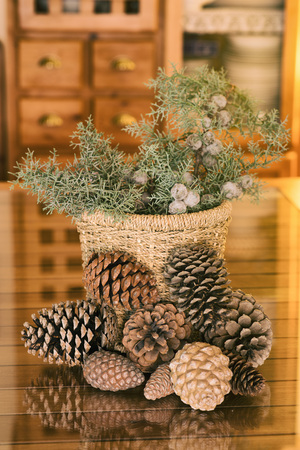 enebro: Christmas decoration with pineapple and juniper branches Foto de archivo