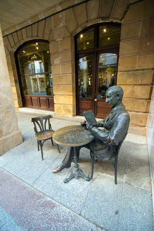 castile: SORIA, SPAIN - NOVEMBER 2, 2016: Sculpture of the writer Gerardo Diego in the center of the city of Soria Editorial