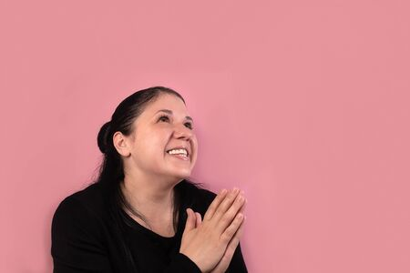the Happy woman looks top, on a pink background 版權商用圖片 - 148097531