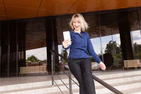 the Beautiful happy blonde talking on the phone 免版税图像