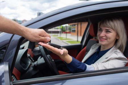 the Happy girl rented a car 免版税图像