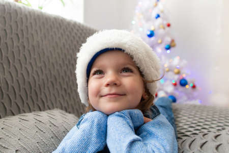 the Beautiful little girl at home at Christmas Foto de archivo