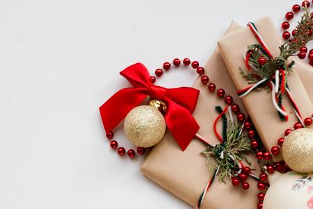 lazo regalo: bolas de plata en el árbol de Navidad y los regalos de Navidad en el embalaje festivo con las cintas en una mesa de madera blanca. imagen de tonos, enfoque selectivo
