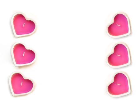 bougie coeur: rose bougie coeur dans un chandelier en c�ramique sur un fond blanc. Carte Saint Valentin Banque d'images