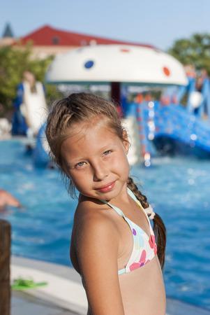 natation: vacaciones de la familia con un niño en el parque acuático