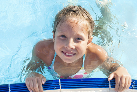 natation: Ni�a en la piscina