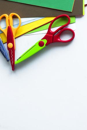 Hojas De Colores Cortados De Papel De Colores, Tijeras, Pegamento En ...