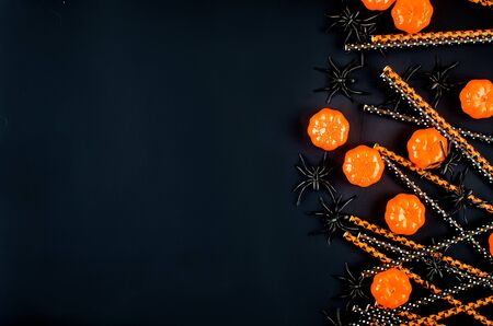 Halloween background with many pumpkin, candy eyes and spiders on black, autumn holidays concept, harvesting, copy space, top view, mockup Standard-Bild