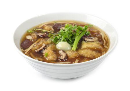 赤い肉汁スープのゆでるウズラの卵と血の豚肉と魚のマウはコリアンダーを飾ります, ネギサイドビュー