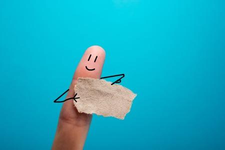 Grappige vinger die lege bunner en lachend.