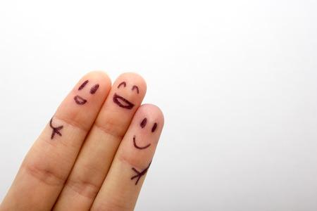 amigos: tres sonriendo dedos que son muy felices de ser amigos, el concepto de familia Foto de archivo