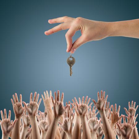 concepto INMOBILIARIO. Muchas manos quieren obtener la clave, para llegar clave - concepto de ganar una casa, apartamento. Cierre de vista de la llave de retención mano en una casa de ensueño. Clipping paso y espacio de la copia.