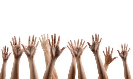 manos muchas de las personas arriba aislados en fondo blanco. Varias manos levantadas en el aire. El camino de recortes. Espacio de la copia.