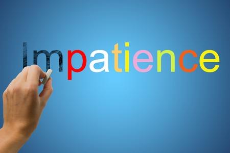 paciencia: Cambio de la palabra La impaciencia de paciencia usando goma de borrar, cartas de borrado de mano IM la impaciencia palabra sobre fondo azul degradado. Foto de archivo