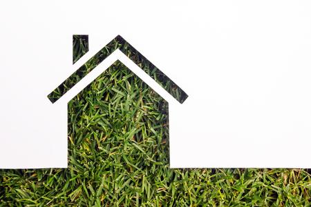 緑の背景の紙の家。不動産の概念 写真素材