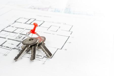 zakelijk: Model huis, de bouw plan voor woningbouw, sleutels, divider kompas en klembord. Real Estate Concept. bovenaanzicht