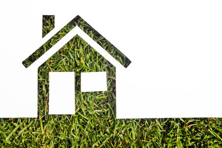 緑の背景の紙の家。不動産の概念。