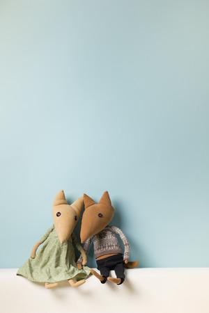 Home interieur. Childhood. Blauwe achtergrond Speelgoed zittend op een bank. Ruimte kopiëren