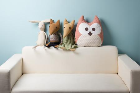 家の内部。子供の頃。青色の背景色。ソファに座ってのおもちゃ。コピー スペース 写真素材 - 51224188