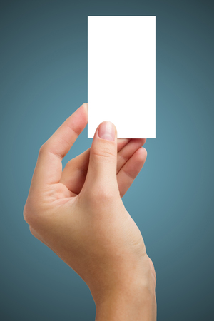 手白空白ビジネス訪問カード、ギフト、チケット、パス、現在青の背景に分離されました。テキストのためのスペースにコピーします。コーポレー
