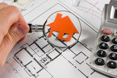 Modell Haus, Bauplan für den Hausbau, Schlüssel, Teiler Kompass und Zwischenablage. Immobilien-Konzept. Aufsicht Standard-Bild