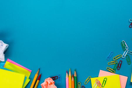 カラフルな供給、白い空白のメモ帳、カップ、ペン、pc、しわくちゃの紙のセットのオフィス テーブル デスクは、青の背景に花します。本文トップ ビューとコピー スペース。 写真素材 - 51619605