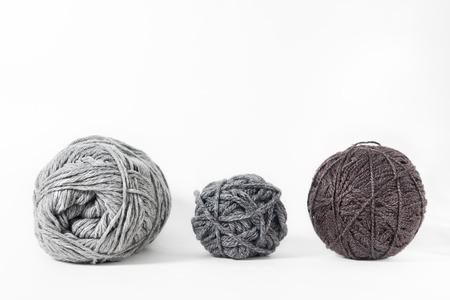 白い背景で隔離のスレッド。ロープ、羊毛、編み物を自家製の手作りオブジェクト 写真素材