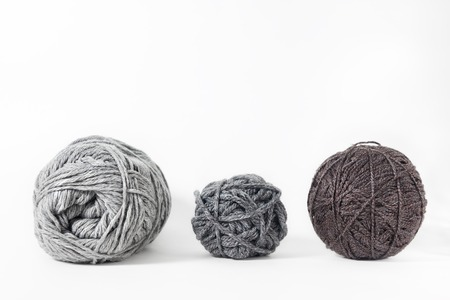 gomitoli di lana: filo isolato su sfondo bianco. Corda, lana, maglia manufatto in casa Archivio Fotografico