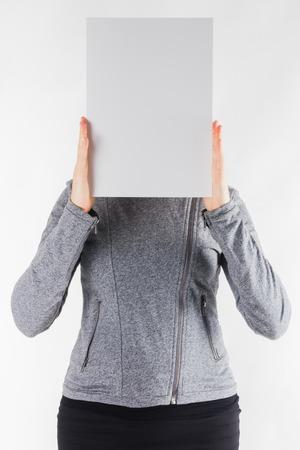 Mani che tengono uno spazio in bianco del Libro Bianco isolato su fondo bianco.