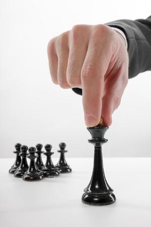ビジネス コンセプト戦略、リーダーシップ、チームと成功。チェスのゲームの選択と集中の実業家。最初に移動になります 写真素材