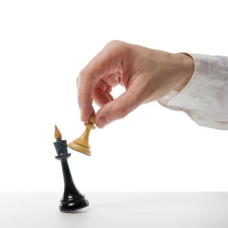 concetto di strategia aziendale, la leadership, il team e il successo. Imprenditore, giocare a scacchi gioco fuoco selettivo. Scacco matto