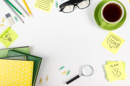 Oficina de mesa de mesa con suministros, bloc de notas, ordenador y una taza de café. Consept negocio creativo. Espacio de la copia. Foto de archivo