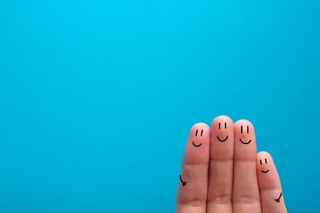 友人、家族の概念に非常に満足している 4 つの笑みを浮かべて指