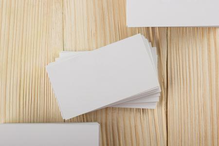 Białe puste wizyta wizytówki, dar, bilet, zdać, obecny bliska na tle drewnianych. Kopiowanie miejsca szablonu Puste korporacyjnych pakiet tożsamość wizytówka dla identyfikatora