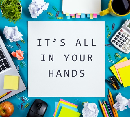 el mundo en tus manos: Todo está en sus manos. Vector de la oficina con la libreta, el ordenador y la taza de café sobre fondo azul. Negocios concepto creativo vista desde arriba Foto de archivo